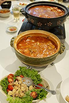 麦味噌やまぶきを使って「トマトチーズ鍋」に挑戦